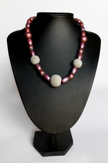 kvačkan modni dodatek,ogrlica sivo- vijoličasta